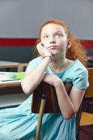 Rothaariges Mädchen beim Nachdenken in Schule