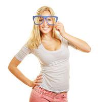 Frau hält Symbol einer Brille vor die Augen