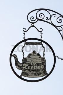 Schild Teetied an der Teestube in Greetsiel