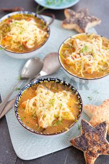 Herzhafte Zwiebelsuppe mit Kaese