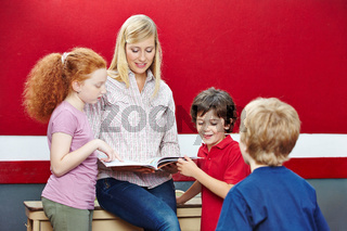 Schüler und Lehrer lesen Buch