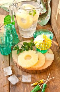 Hausgemachte Limonade mit Ananas