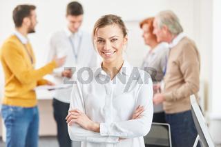 Junge Frau vor Startup Business Team