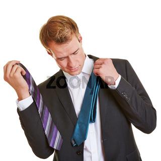 Geschäftsmann sucht sich Krawatte aus
