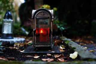 alte Grablaterne in der Abenddämmerung auf einem Friedhof