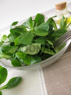 Eine Schale mit Feldsalat