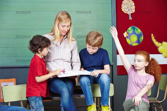 Lehrer und Schüler lesen in Buch