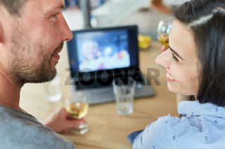Glückliches Paar im Videochat am Laptop Computer