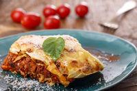 italienische Lasagne auf einem blauen Teller