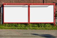 Leere Großfläche an Straße für Außenwerbung und Reklame