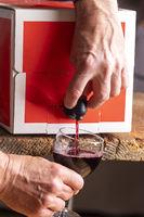Rotwein in einer Box auf Holz