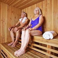 Paar Senioren in Sauna im Hotel