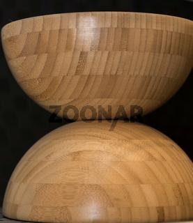 Als Dekoration aufeinandergestellte Holzschalen - Holzschüsseln