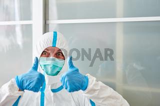 Klinikpersonal hält Daumen hoch bei Erfolg gegen Coronavirus