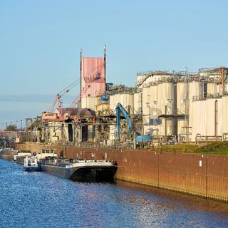 Schiffe im Industriehafen von Magdeburg