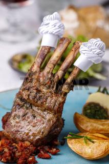 Lammrippen mit Manschette und Salat