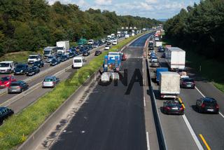 Strassenarbeiten auf Autobahn mit Verkehrsstau