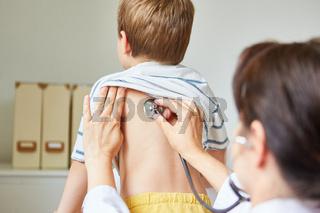 Kinderarzt mit Stethoskop beim Abhören einer Lunge