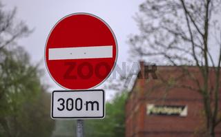 Verkehrsschild - Verbot der Einfahrt in 300 m