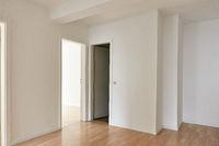 Großer Flur als Durchgangszimmer mit Türen zu Raum und WC