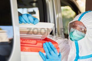 Überprüfung von Organspende durch Mediziner während Transport und Lieferung