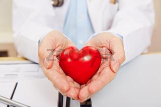 Hand vom Arzt mit Herz als Symbol