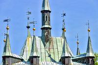 Dachfahnen  auf dem Gebäude eines historischen Spiegellabyrinths auf dem Hügel Petrin in Prag
