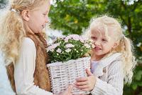 Kinder helfen bei Gartenarbeit im Herbst