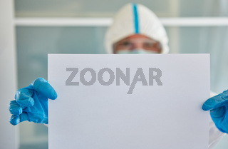 Seuchenschutz Mitarbeiter hält leerem Aushang wegen Covid-19-Pandemie