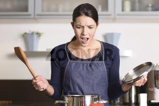 Hausfrau hat ein Problem in der Küche