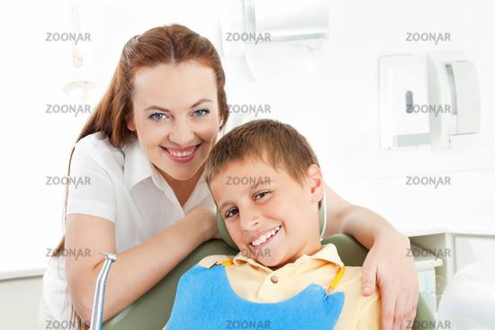 Junge mit Zahnarzthelferin