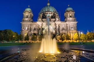 Der Berliner Dom mit Springbrunnen