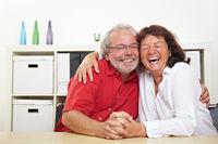 Zwei lachende Senioren