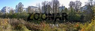 Panorama des Auparks mit angrenzenden Wohnhäusern im Bereich Donaulände im Herbst im Sonnenschein in der Stadt Tulln