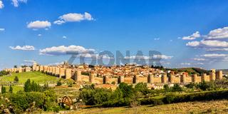 Sonnige Ansicht an der mittelalterlichen Stadt von Avila, Spanien