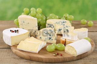 Käseplatte mit Käse wie Camembert, Weichkäse und Brie
