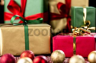 Weihnachtsgeschenke in rot, grün und gold