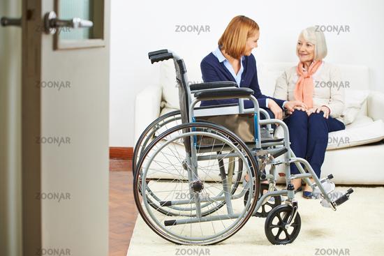 Beutreuung von Seniorin im Pflegeheim