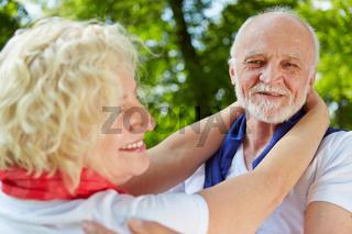 Paar Senioren beim Tanzen in der Natur