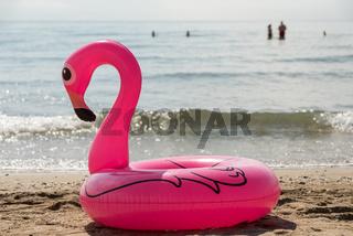 pinkfarbener Badereif in Form eines Schwans - Urlaubsvergnügen