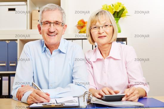 Paar Senioren macht zusammen Steuererklärung