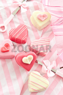 Bunte Petit Fours in Herzform
