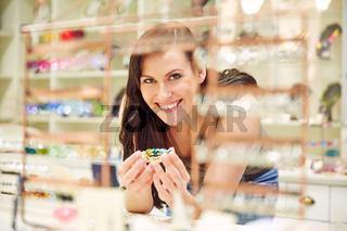 Frau mit Armreif beim Juwelier