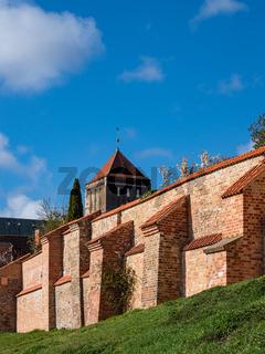 Blick auf die Nikolaikirche und Stadtmauer in der Hansestadt Rostock