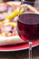 Rotwein und eine frische Pizza