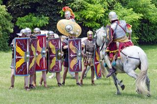 Römischer Reitersoldat attackiert Legionäre