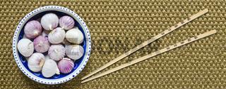 chinesischer Knoblauch und Essstäbchen