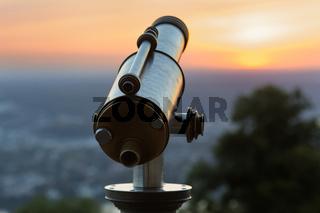 Münzfernrohr an einem Aussichtspunkt bei Sonnenuntergang