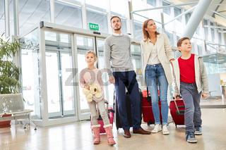 Familie im Flughafen Terminal fliegt in den Urlaub