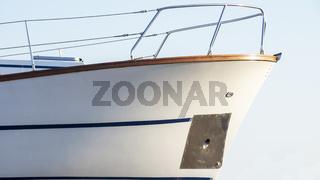 Bug einer Yacht auf dem Meer